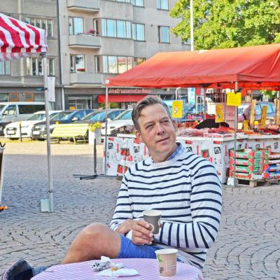 Riko Eklundh dricker morgonkaffe på Tölö torg