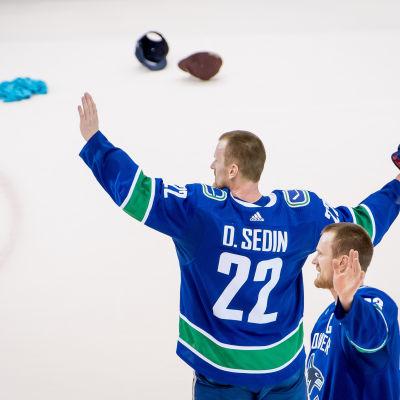 Henrik och Daniel Sedin efter sin sista NHL-match i Vancouver.