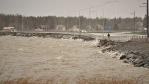 Stormen Liisa för med sig hårda vindar och snöblandat regn.
