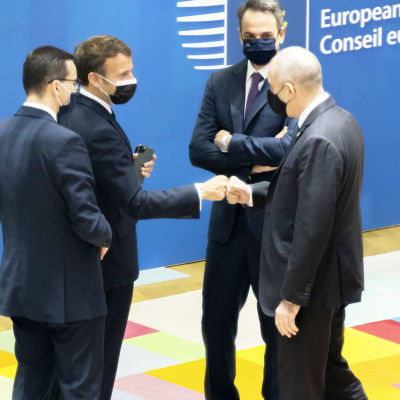 Kokoustajat tervehtivät toisiaan EU:n huippukokouksessa.
