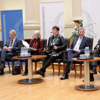 Presidentkandidaterna på rad under Försvarskursföreningens presidentvalsdebatt.