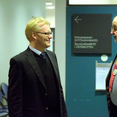 Advokat Kenneth Peth och vittnet Eirik Granqvist vid Österbottens tingsrätt i Vasa.