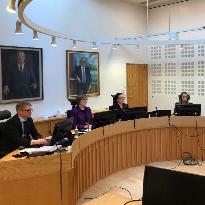 Rovaniemen hovioikeuden jäseniä aloittelemassa Kittilän virkarikosoikeudenlkäynnin valmistelevaa istuntoa.