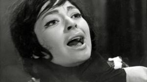 Anneli Saulia kuristetaan saksalaisessa elokuvassa Die toten Augen von London.