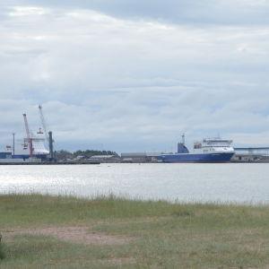 Västra hamnen sedd från tullstranden i Hangö.