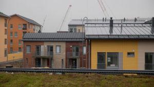 Nybyggda höghus i gult och rött i Kungseken i Helsingfors.
