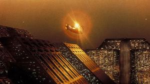 En flygande bil över den futuristiska staden Los Angeles i Blade Runner.