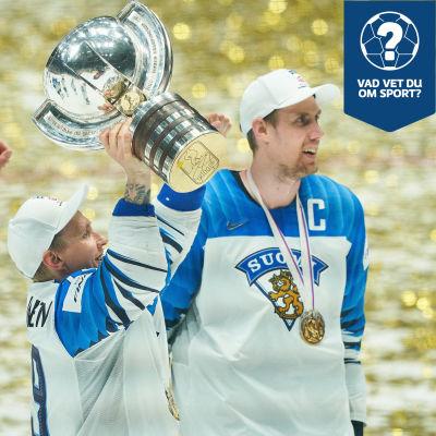 En hockeyspelare iklädd Finlands färger lyfter en pokal upp mot skyn. Guldfärgad konfetti syns i bakgrunden, liggande på isen.