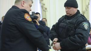 Polisen griper säkerhetschefen Serhij Bochkovskyj i parlamentet i Kiev.