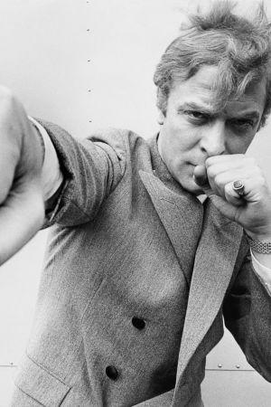 Michael Caine poseeraa nyrkki kohti kameraa (1965)