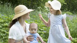 Kronprinsessan Victoria med prins Oscar och prinsessan Estelle.
