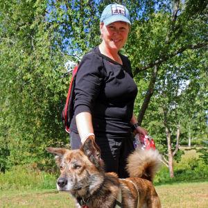Carmen Pekkarinen med hunden Niku