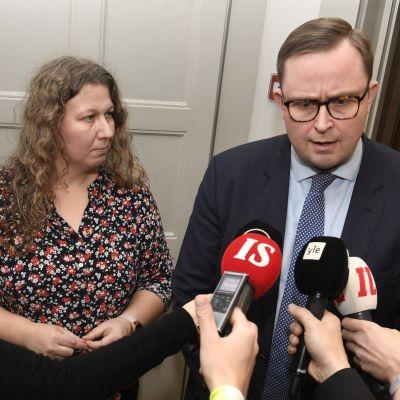 En man och en kvinna intervjuas.