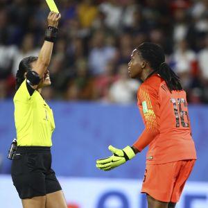 Nigerias målvakt Chiamaka Nnadozie kunder inte tro att hon blev varnad i matchen mot Frankrike. Nnadozie lämnade mållinjen för tidigt och Frankrike fick ta om straffen.