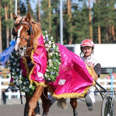 Iikka Nurmosen ohjastama H.V. Tuuri on voittanut St. Michel -ravien päälähdön Suurmestaruusajon Mikkelissä 17. heinäkuuta 2021.
