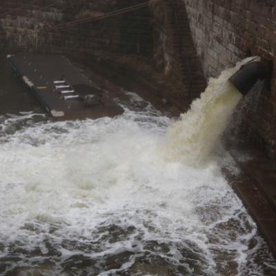 Vattnet forsar in i dockan vid Sveaborg.
