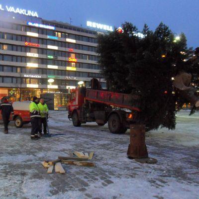 Julgranen ska resas på Vasa torg.