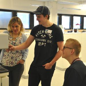 De unga reportrarna kollar in kaffemaskninen på Yle Nyheter.