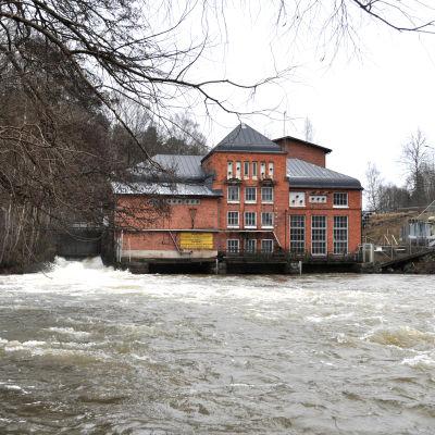 Ett vattenkraftverk.