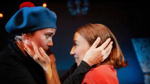 Jag ritar dig och du ritar mig. Ella Pyhältö som livskamraten Tuulikki Pietilä och Eeva Putro som Tove Jansson i en öm scen.