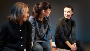 Tre skådespelare, många roller. Eeva Putro, Anu Koskinen och Ella Pyhältö axlar rollerna i Majakanvartija – tuokioita Tove Janssonin jalkojen juuressa.