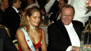 Prinsessan Madeleine i djup urringning sitter på Nobelbanketten brevid Göran Persson