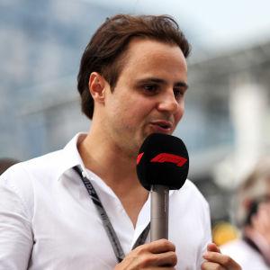 Felipe Massa pratar i en mikrofon