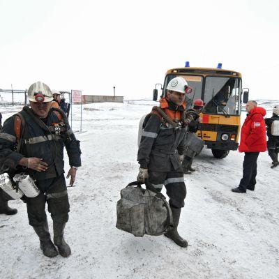 Pelastustyöntekijöitä hiilikaivoksella Vorkutassa perjantaina.