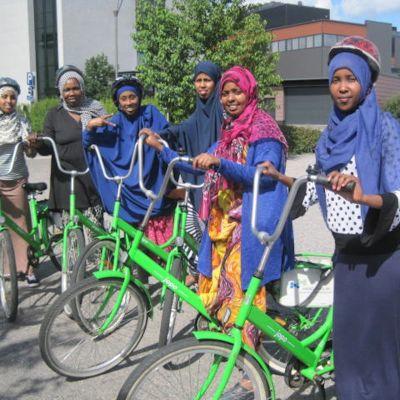 Flickor från Somalia som lär sig cykla