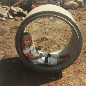 Johanna lapsena kaivonrenkaan sisällä