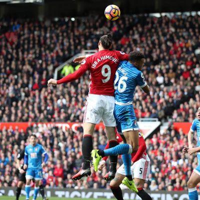 Zlatan Ibrahimovic i höjdduell med Tyrone Mings