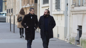 Förläggaren Alain (Guillaume Canet) och författaren Léonard (Vincent Macaigne) diskuterar medan de promenerar på en gågata.