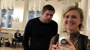 Oliver Kivi och Frida Frankenhaeuser tar en spegelselfie på Presidentens slott.
