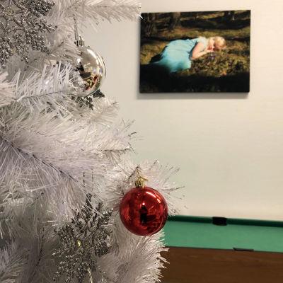 Joulukuusi Lahden turvakodin oleskeluhuoneessa