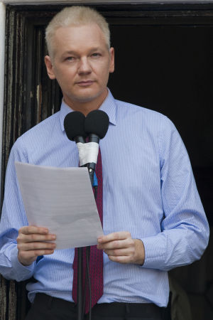 Julian Assange gör ett uttalande 19.8.2012 där han berättar om att man på Ecuadors ambassad har upptäckt dolda mikrofoner. Assange har beviljats asyl på ambassaden.