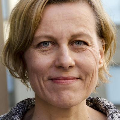 Runoilija Anja Erämajan kasvot