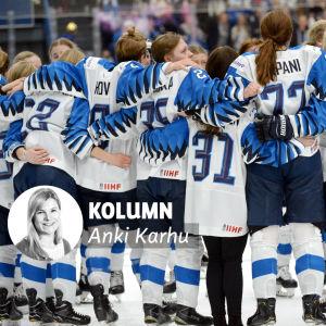 Finlands spelare kramar om varandra efter VM-finalen. Bilden försedd med Anki Karhus kolumnvinjett.