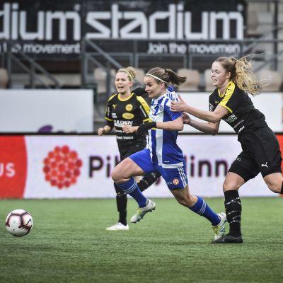 Essi Sainio och Amanda Kass kämpar om bollen.