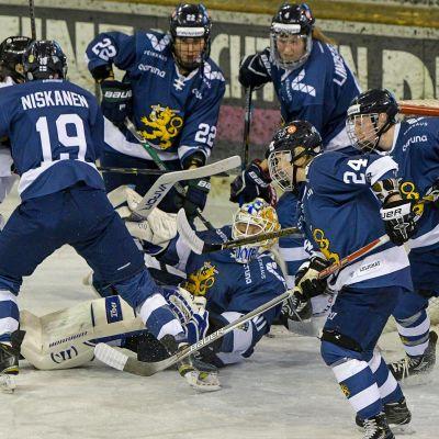 Spelare framför Meeri Räisänens mål, Schweiz-Finland, januari 2018.