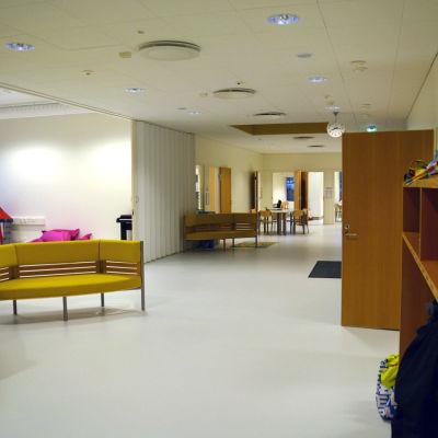 Vy över en nyrenoverad del av Merituulen koulu