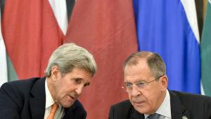 USA.s utrikesminister John Kerry och Rysslands utrikesminister Sergej Lavrov under förhandlingar om Syrien i oktober 2015.