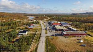 Liten by i fjällandskap i norra Lappland.