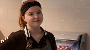Flicka som jobbar i café.
