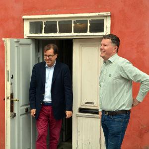 Kanslichef Jonas Lång, fastighetschef Hans Wiljanen och informationschef Marika Mäklin vid Diktarhemmet i Borgå
