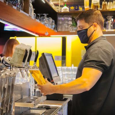 Baarimikko laskee olutta hanasta