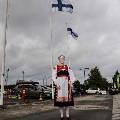 Kuvassa talkoolainen Tuija Tikkanen, jolla on yllään Tuuterin kansallispuku.