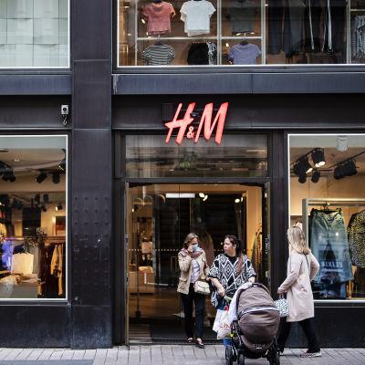 Kuvassa on vaateliike H&M Helsingin Aleksanterinkadulla elokuussa 2020.