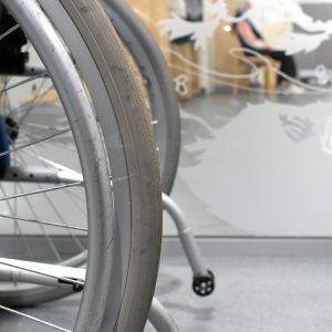 En rullstol i närbild vid ingången till Kimitoöns hälsostation.