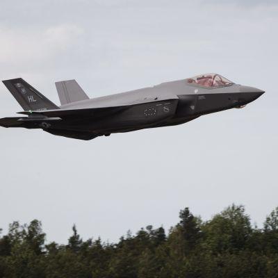 Ett jaktplan av typen F-35 landar på Åbo flygplats under presskonferensen inför flygshowen Turku Airshow 2019.