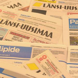 Tidningar huller om buller på ett bord.